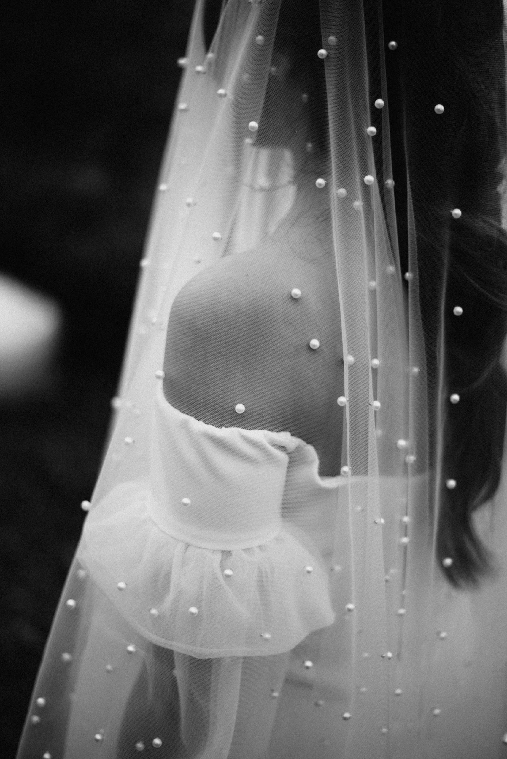 Velo de novia blanco con perlas