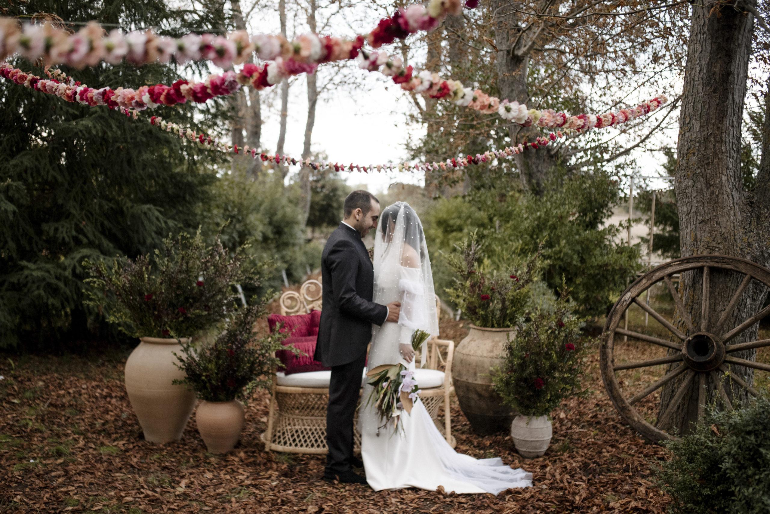 Novio y novia en su boda en el altar