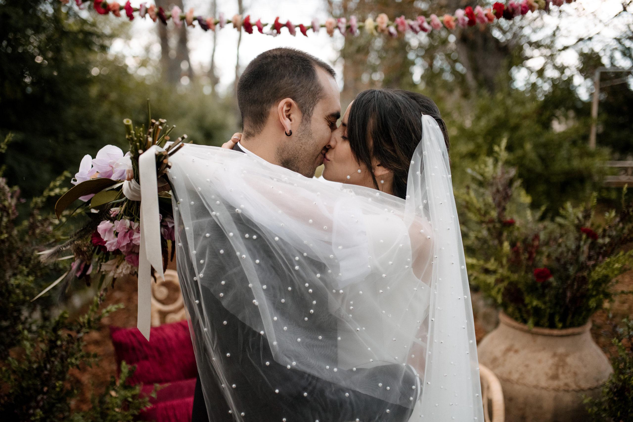 Novia besa al novio en la ceremonia nupcial