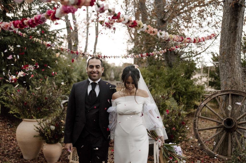Novia y novio salida de la ceremonia de boda