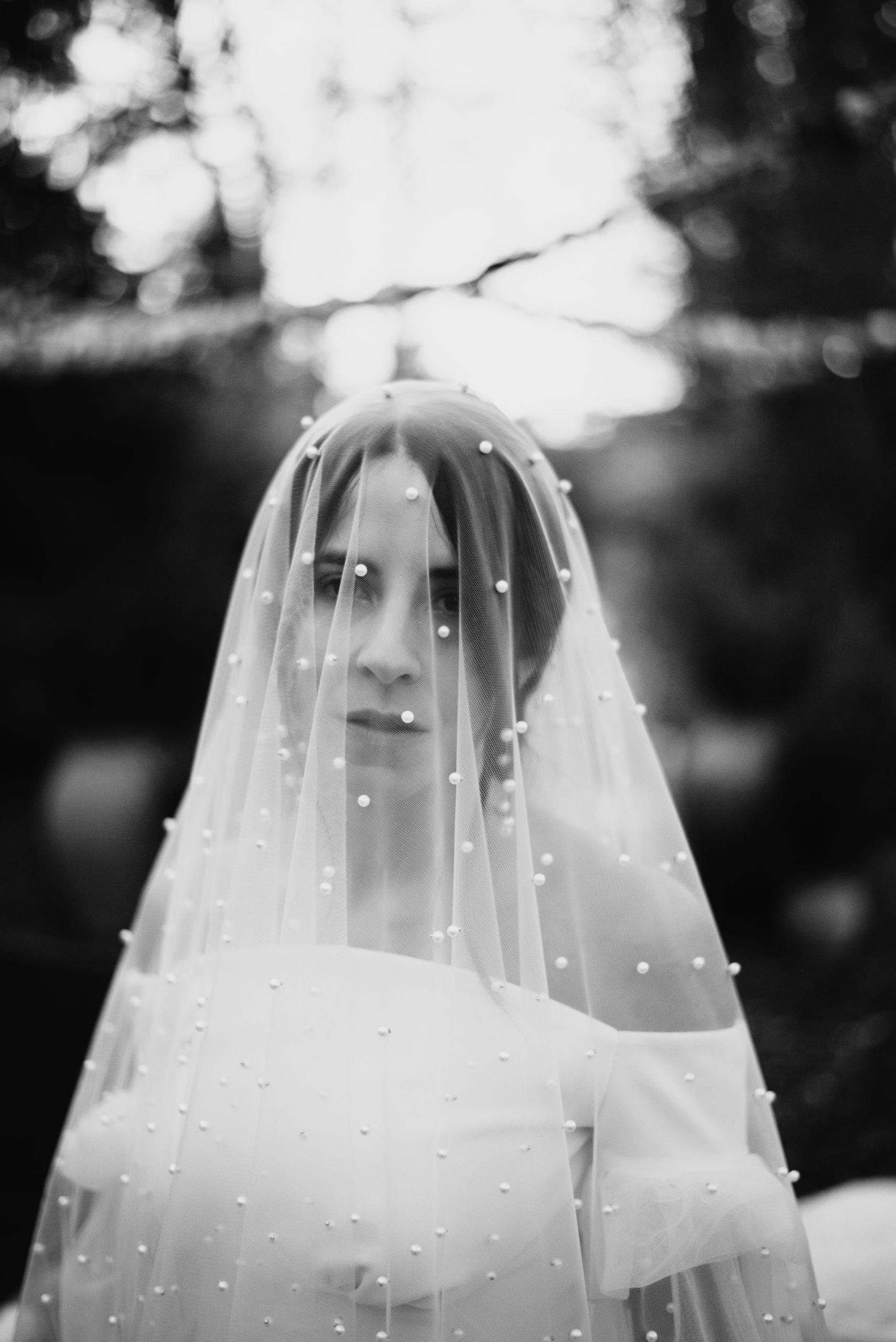 Novia con velo transparente y perlas