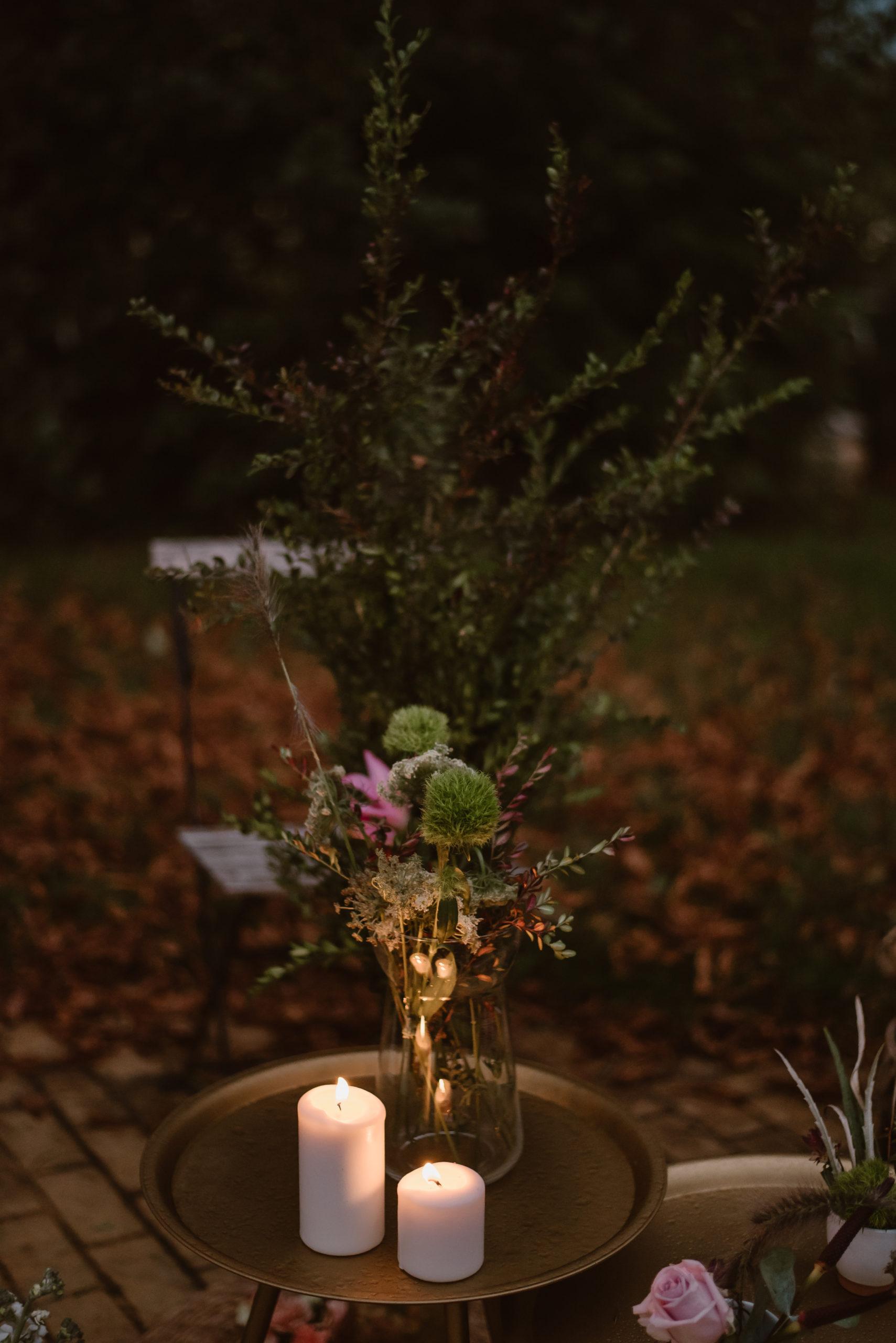 Mesa auxiliar dorada con velas y jarrones de cristal