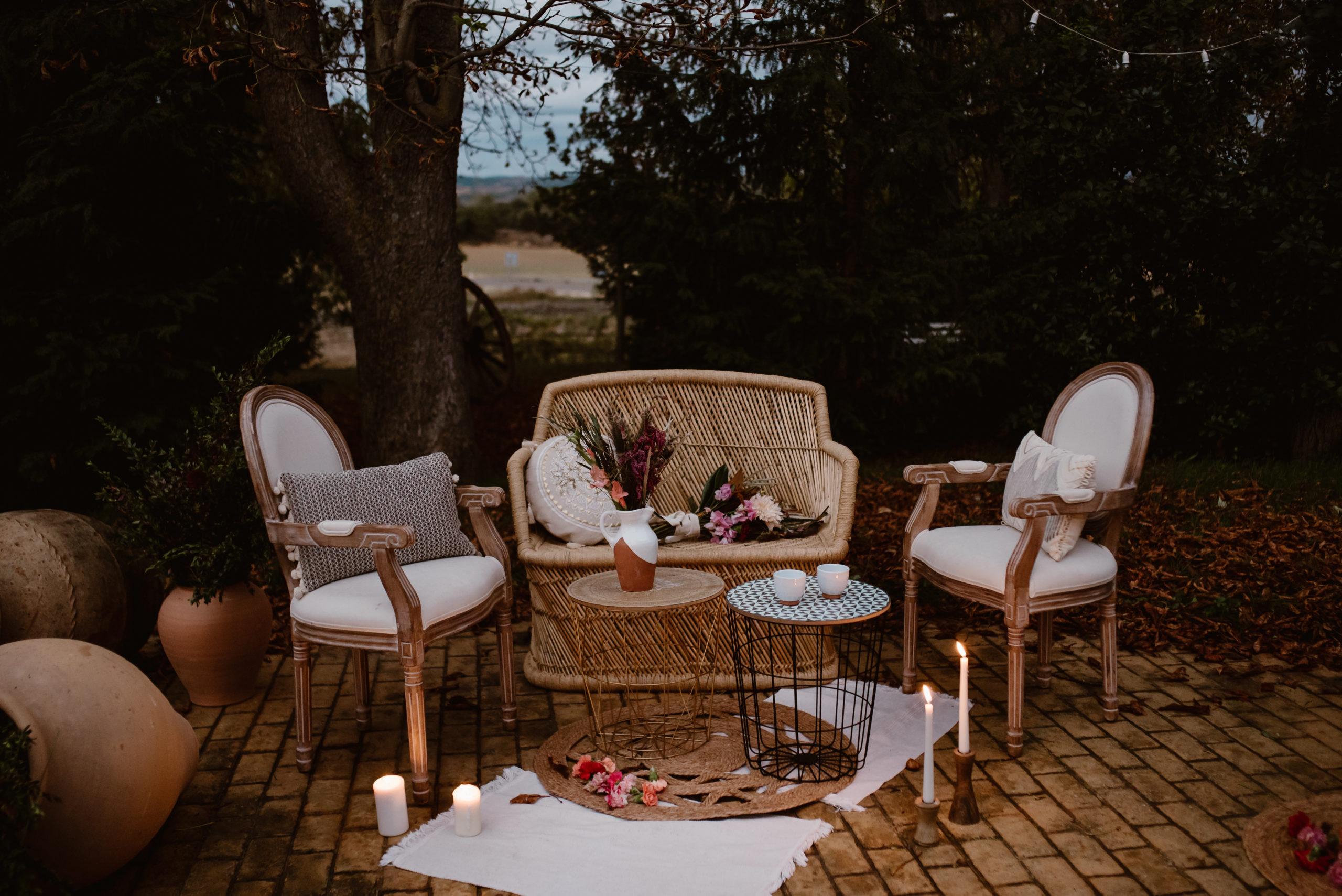 Sillón, sillas, alfombras y mesas auxiliares en alquiler para bodas y eventos