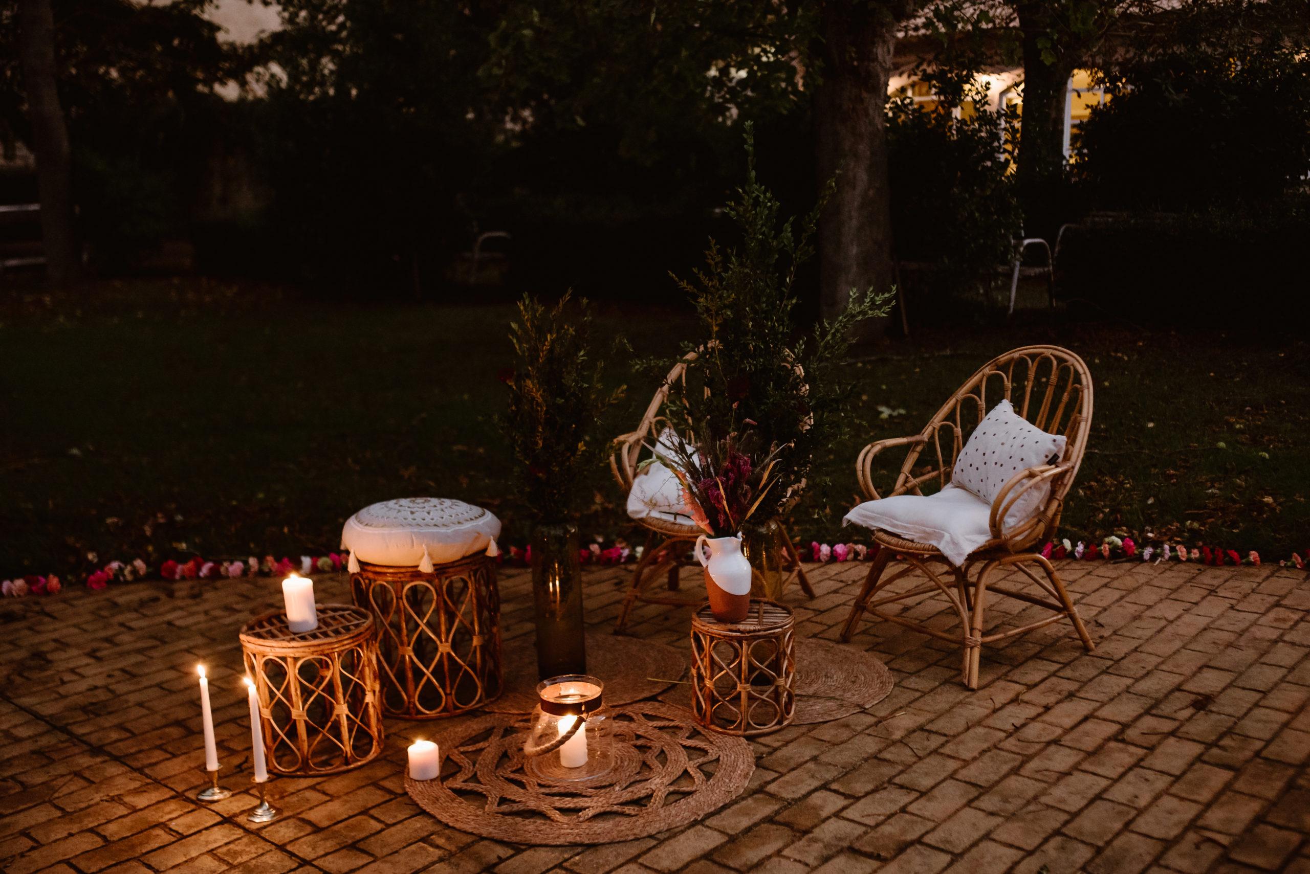 Sillas chill out, alfombras y mesas auxiliares en alquiler para bodas y eventos