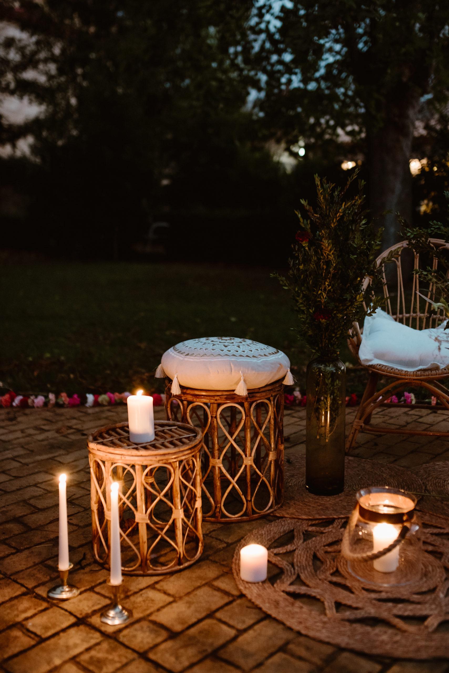 Sillón, sillas, alfombras ,velas y candelabros y mesas auxiliares en alquiler para bodas y eventos