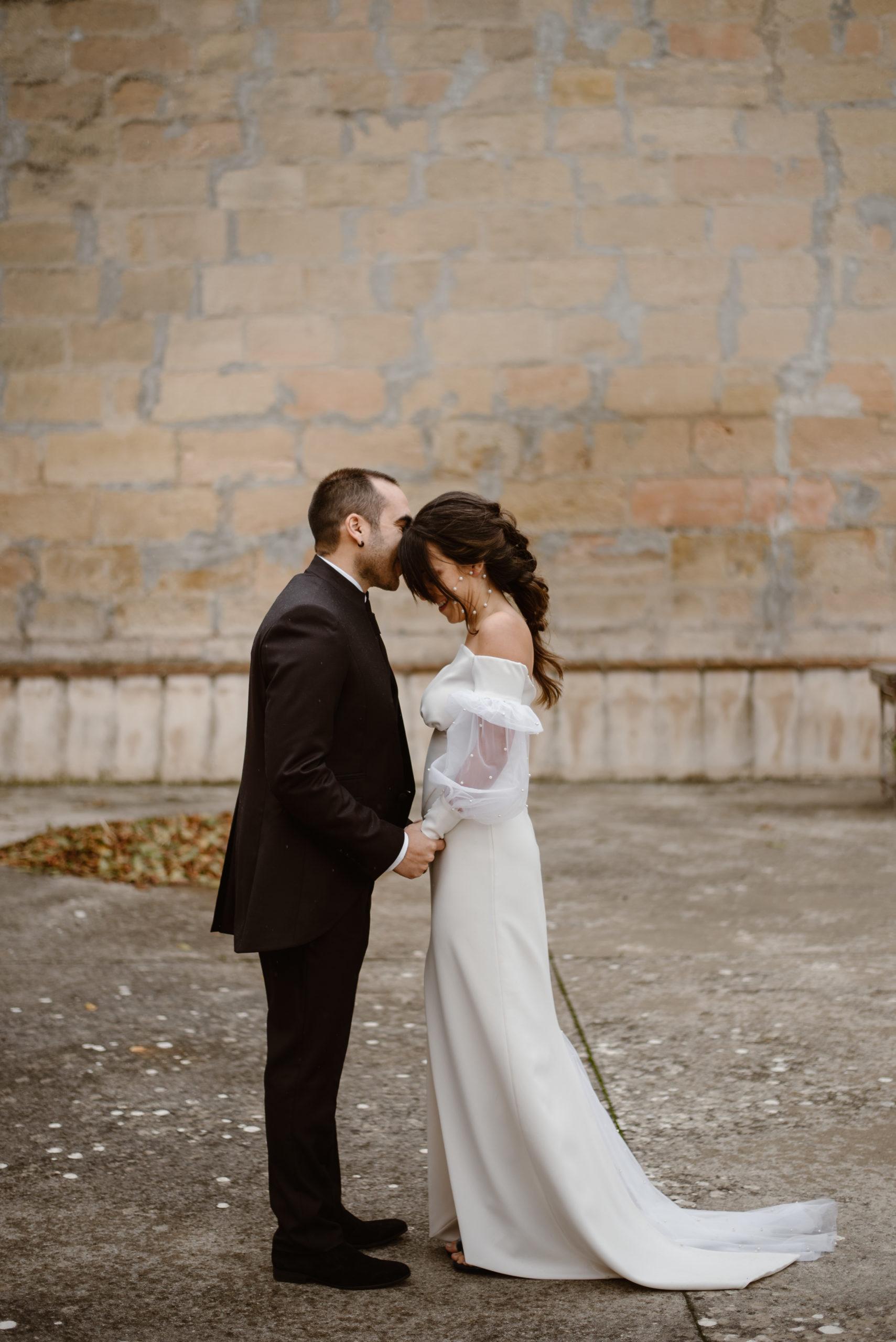 Novio besa en la frente a la novia el día de su boda