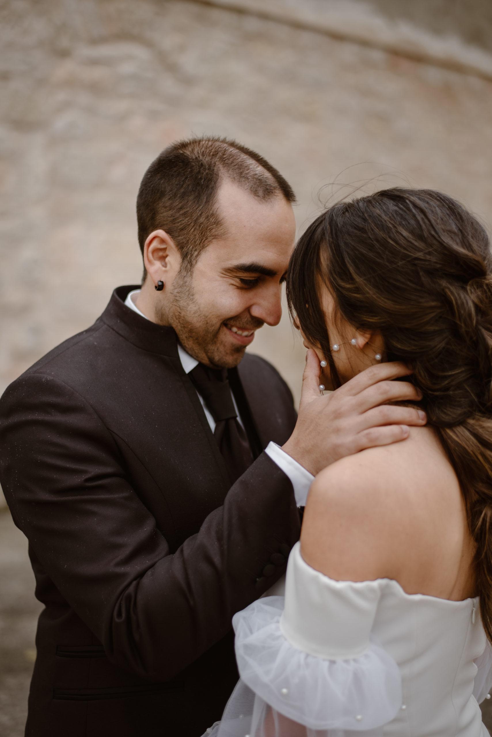 Novio acaricia a la novia
