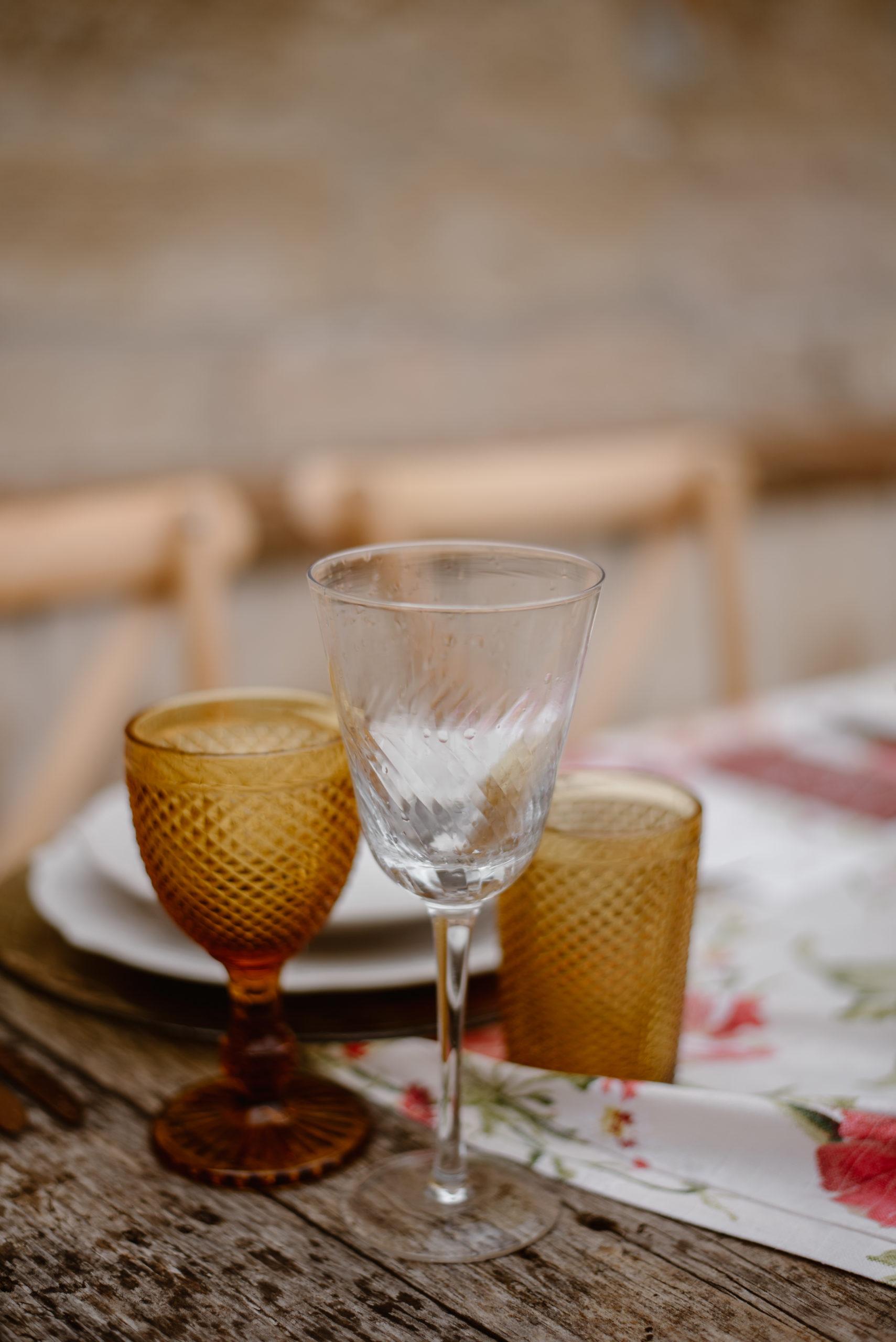 Copas y vasos de colores en alquiler para bodas y eventos
