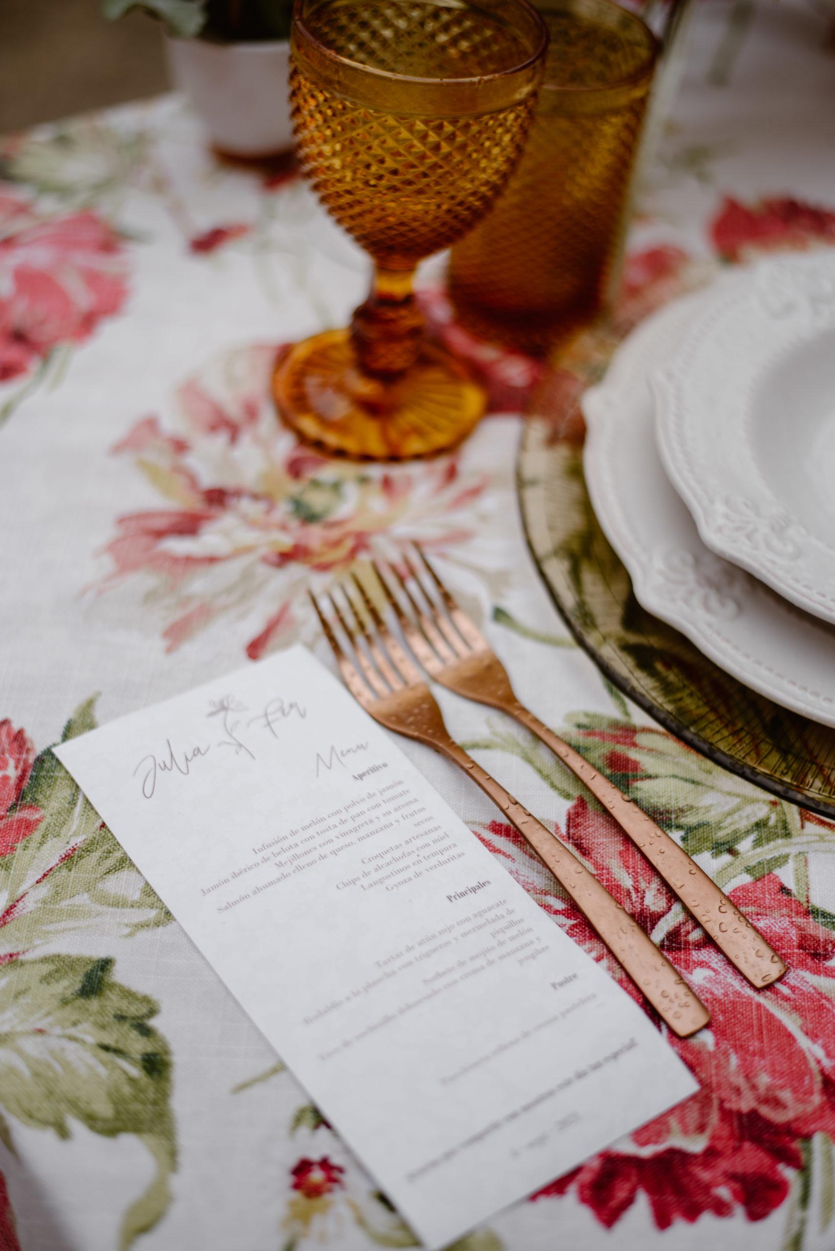Minutas personalizadas para banquetes y bajoplatos, platos y copas de colores en alquiler.