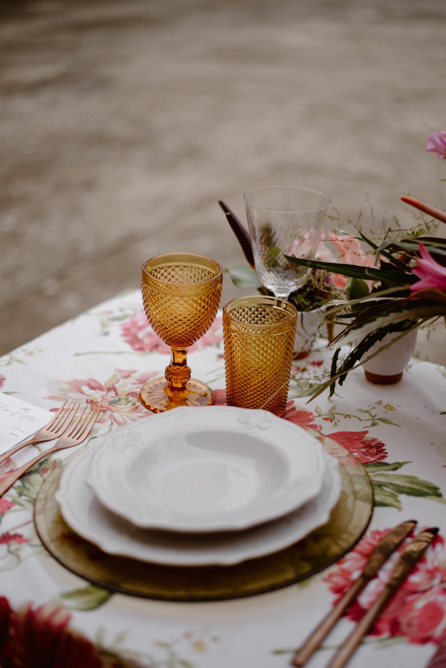 Bajoplato, plato, copa, vaso, cubiertos y mantel en alquiler para bodas