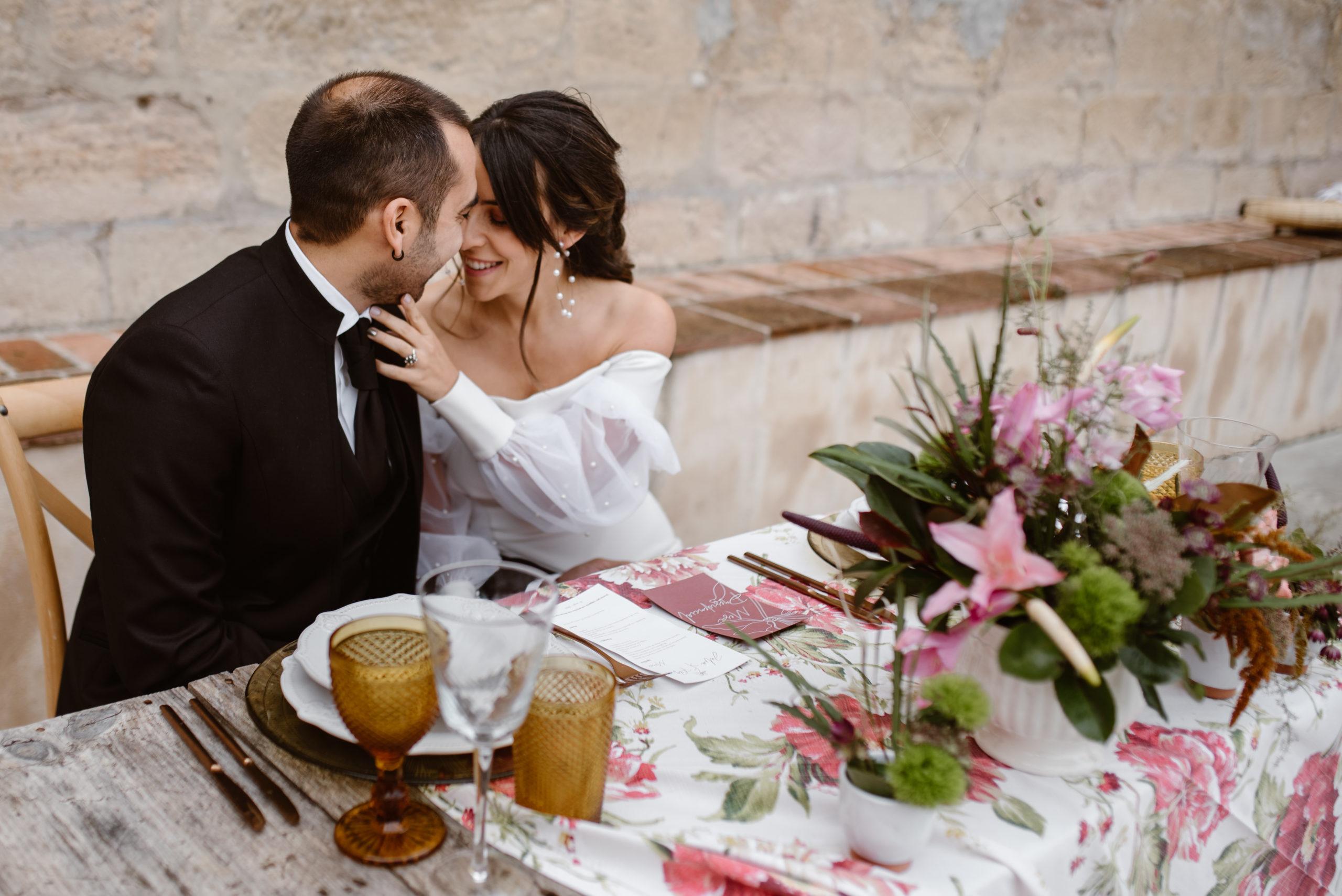 Novia acaricia al novio en la mejilla durante el banquete nupcial íntimo