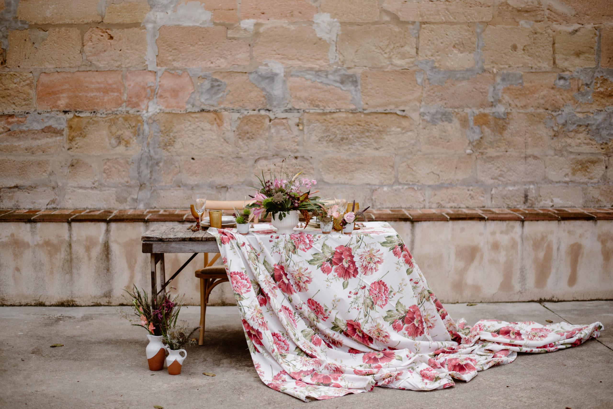 Mesa rústica con mantel floral  moderno en la boda